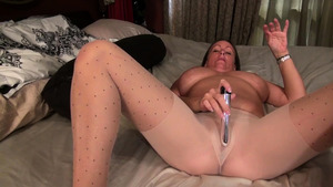 Very hawt Anna Moore gets a buzz out of hard nailining